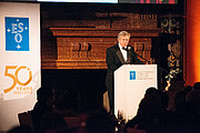 Brian Schmidt ved gallafesten for ESOs 50 års jubilæum