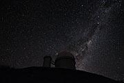 A Via Láctea e a Alfa e Beta Centauri por trás do telescópio de 3.6 metros, em La Silla