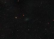 Imagen de amplio campo del cielo que rodea a la galaxia enana del Escultor