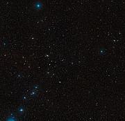 Visión de amplio campo del cielo que rodea a la galaxia en interacción NGC 5291