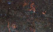 El cielo alrededor de la región de formación estelar RCW 106 (con anotaciones).