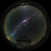 Fischaugenansicht der La Silla-Teleskope in UHD