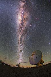 Die Milchstraße funkelt hell über ALMA