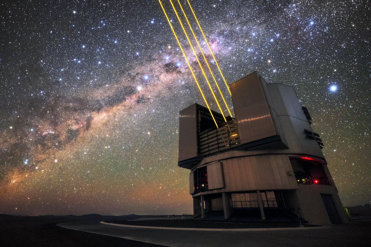 Las cuatro unidades telescópicas que conforman el Very Large Telescope (VLT) del Observatorio Paranal del ESO están equipadas con óptica adaptativa capaz de crear estrels artificiales.