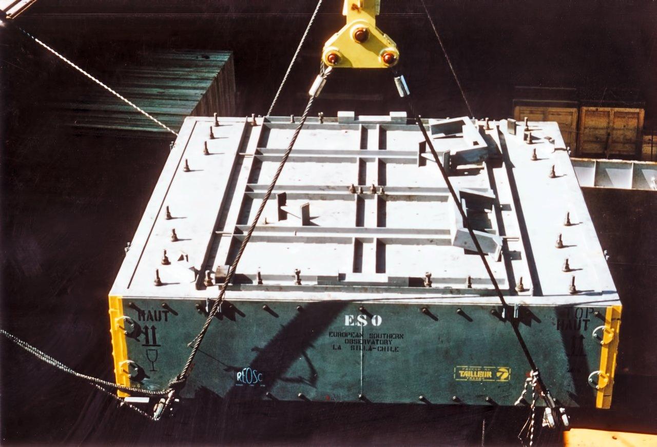 Loading the mirror of the ESO 3.6-metre telescope