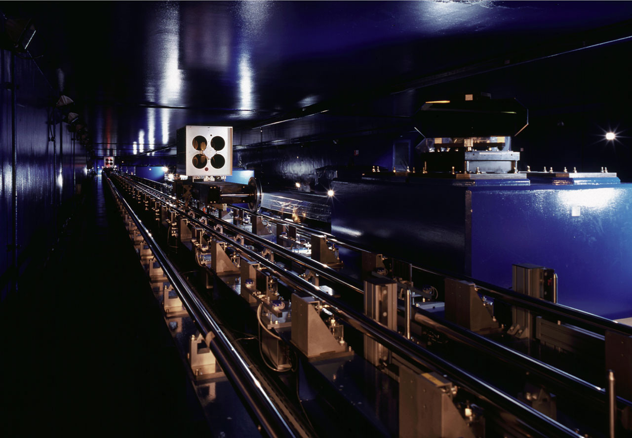 The VLT interferometric tunnel with delay lines