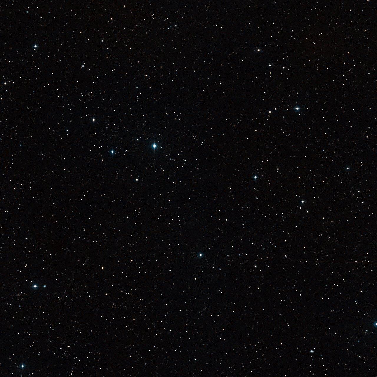Visión de campo amplio del cielo alrededor del sistema binario de enanas marrones CFBDSIR 1458+10