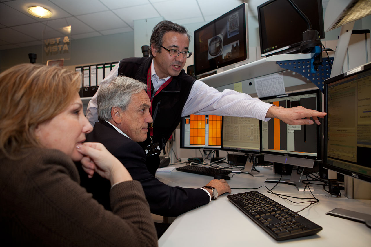 O Presidente do Chile Sebastián Piñera e a sua esposa, Cecilia Morel, na sala de controle do Paranal