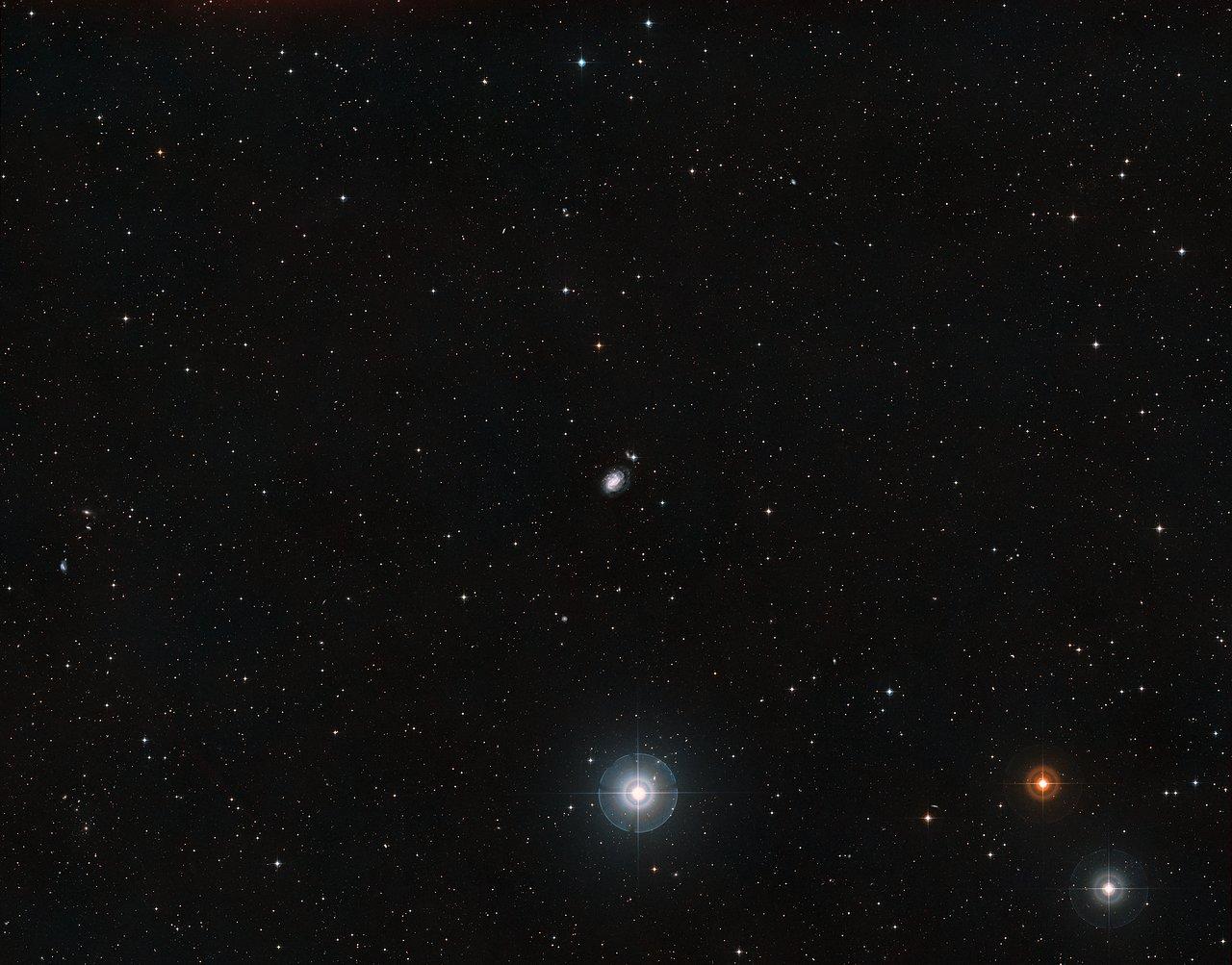 Panoramica del cielo attorno alla galassia a spirale NGC 1187