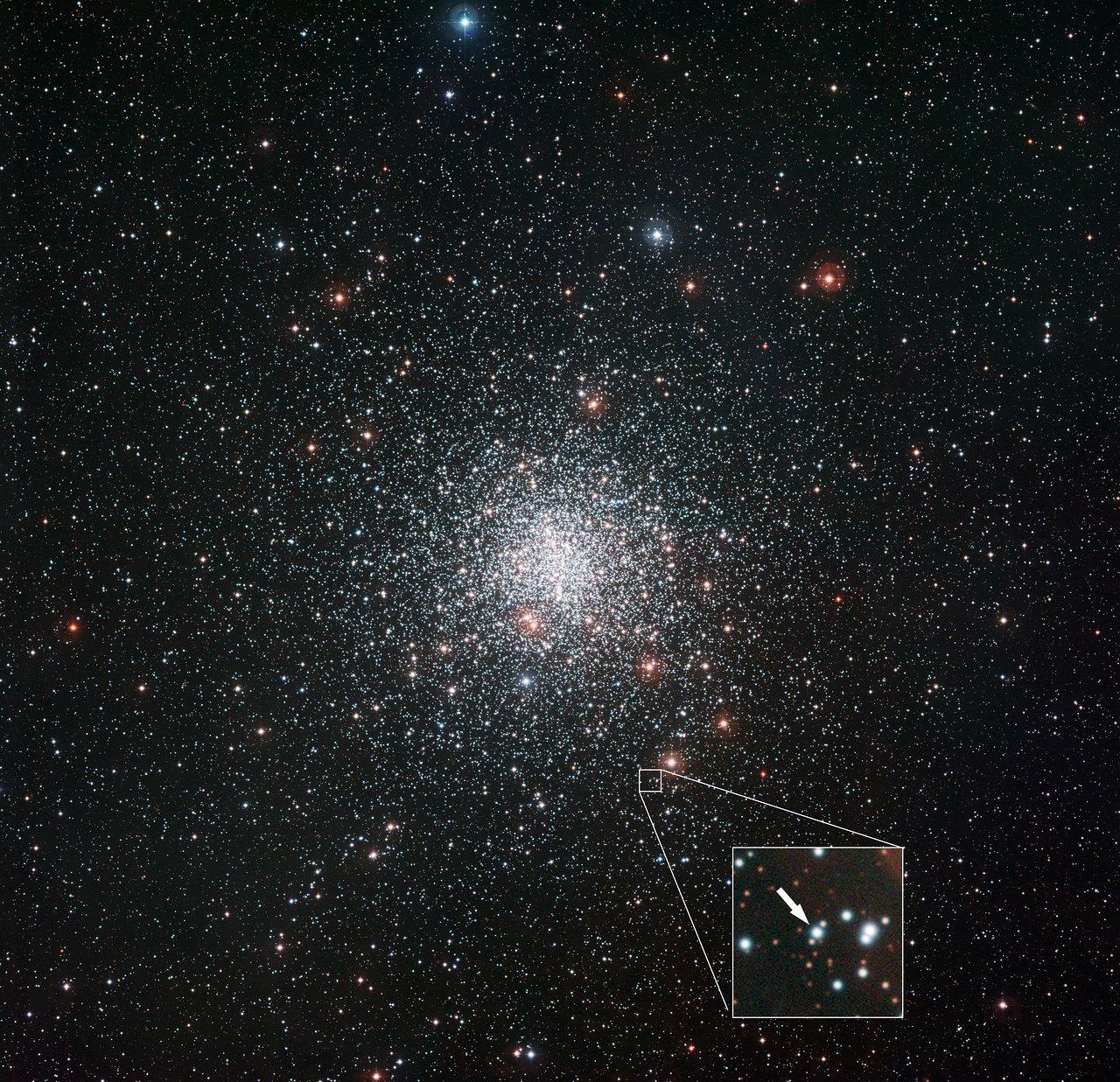 Kugelsternhaufen Messier 4 und die Position des sonderbaren Sterns