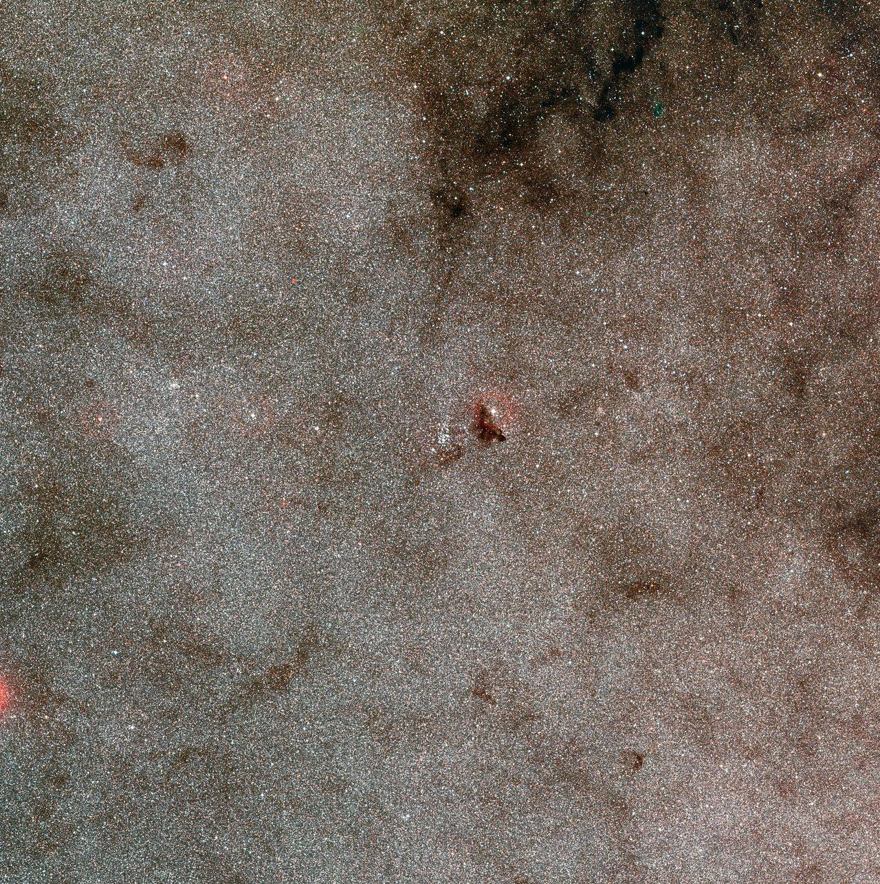Imagem de grande angular do aglomerado estelar NGC 6520 e da nuvem escura Barnard 86