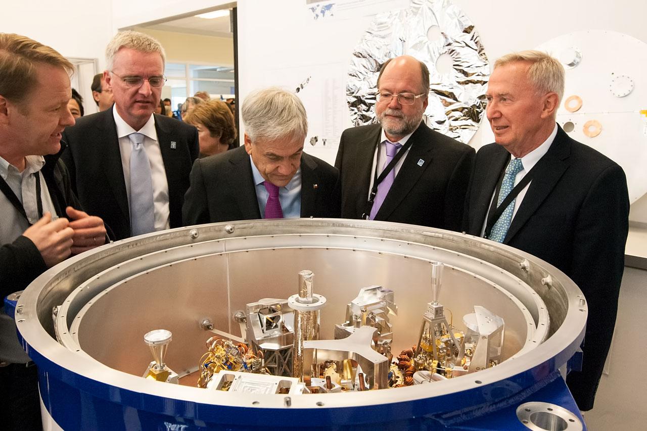 President Piñera inspecteert ALMA-hardware