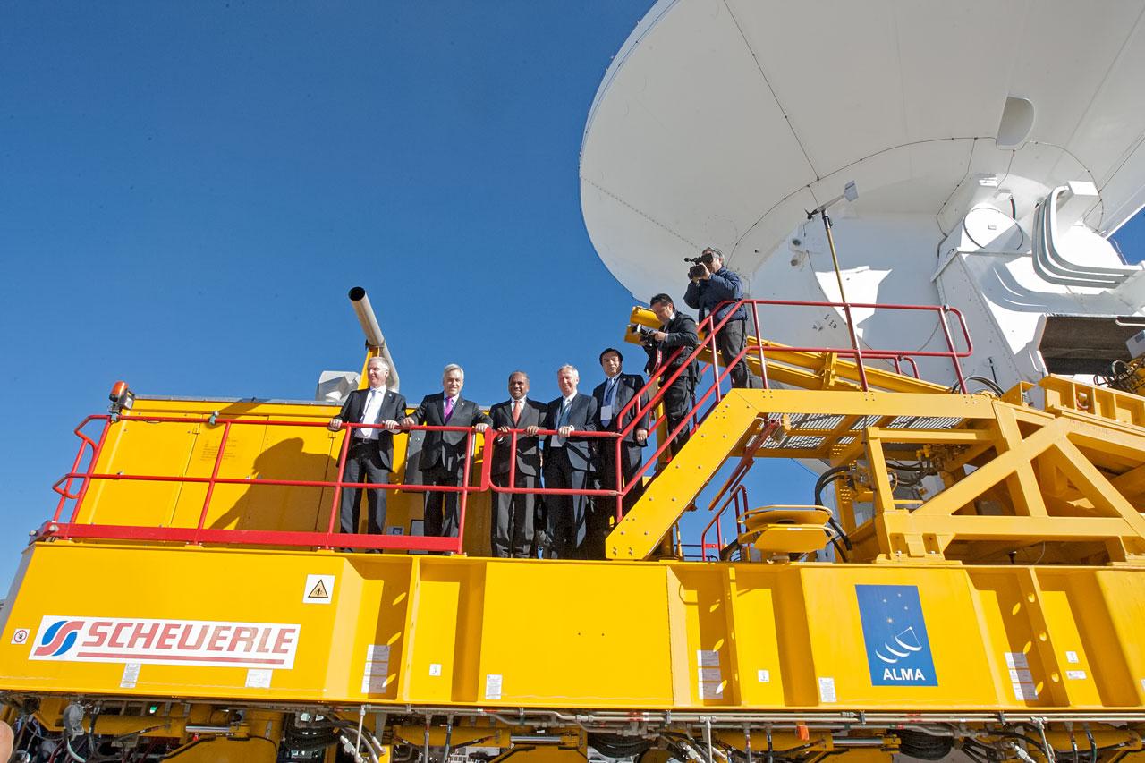 Gäster vid invigningen av ALMA på en transportör