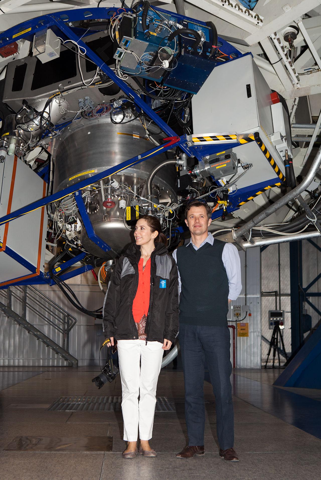Danmarks Kronprinspar inden i en af kuplerne af ESOs Very Large Telescope