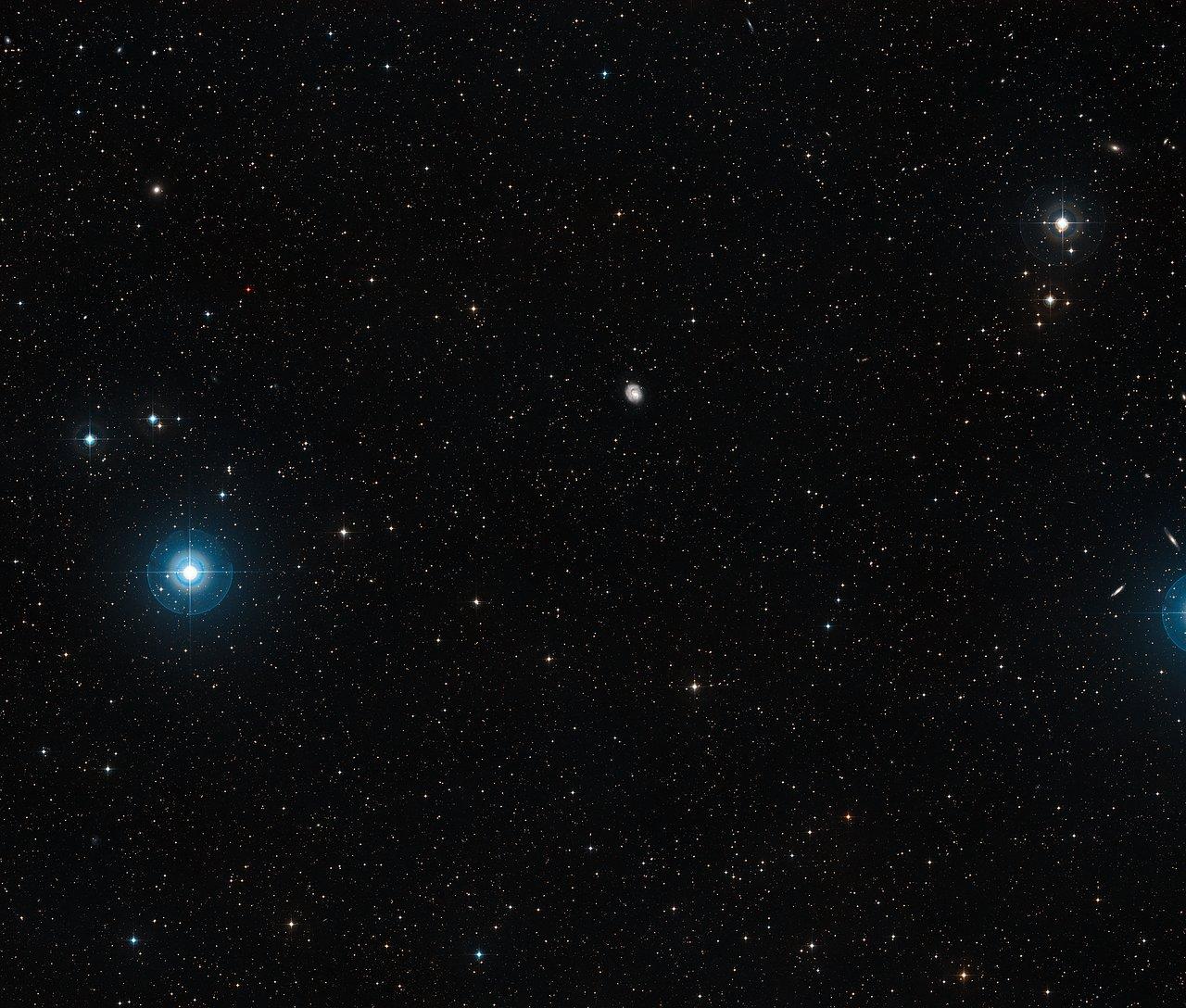 Víðmynd af himninum í kringum þyrilvetrarbrautina NGC 1637