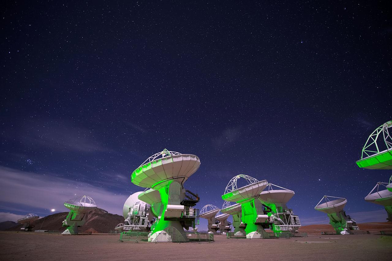 """Standbild aus dem IMAX® 3D-Film """"Verborgenes Universum"""" mit ALMA-Antennenschüsseln"""