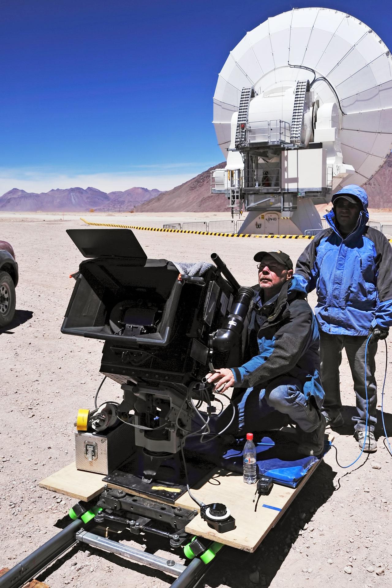 Malcolm Ludgate, director de fotografía de la película en IMAX® 3D Universo Oculto, con una cámara IMAX