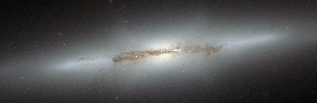 Hubblebillede af galaksen NGC 4710 med en X-formet bule