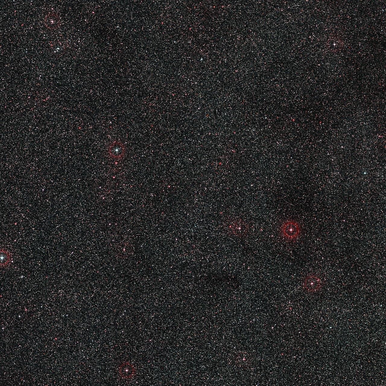 Foto van het verre actieve stelsel PKS 1830-211 en omgeving