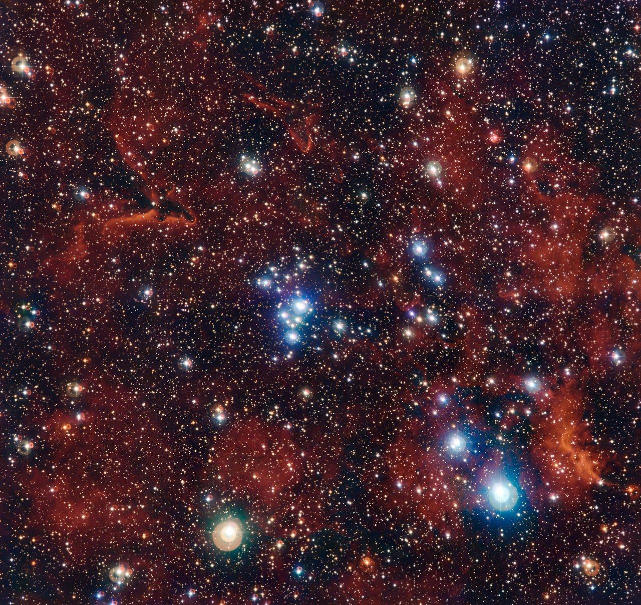 Esta imagen en la que vemos un conjunto de coloridas estrellas y gas fue captada por la cámara de amplio campo WFI (Wide Field Imager), instalada en el telescopio de 2,2 metros MPG/ESO, en el Observatorio La Silla de ESO, en Chile. Muestra un joven cúmulo abierto de estrellas conocido como NGC 2367, una agrupación estelar infantil que se encuentra en el centro de una inmensa y antigua estructura situada en los márgenes de la Vía Láctea.