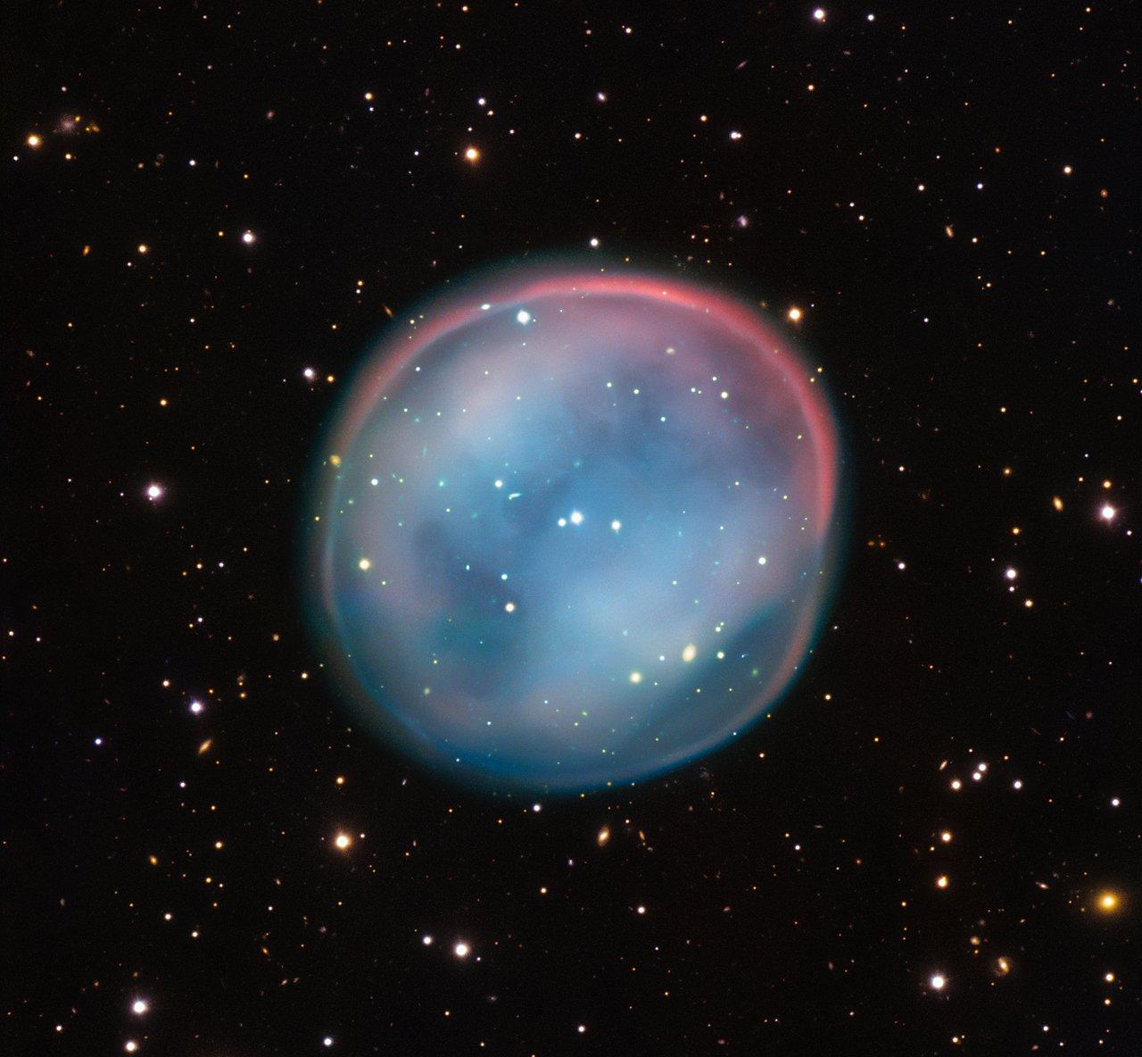 Esta extraordinaria burbuja, que brilla como el fantasma de una estrella en la inquietante oscuridad del espacio, puede parecer sobrenatural y misteriosa, pero es un objeto astronómico familiar: una nebulosa planetaria, los restos de una estrella moribunda. Esta es la mejor imagen obtenida hasta ahora de este objeto poco conocido, ESO 378-1, captada por el VLT (Very Large Telescope) de ESO desde el norte de Chile.