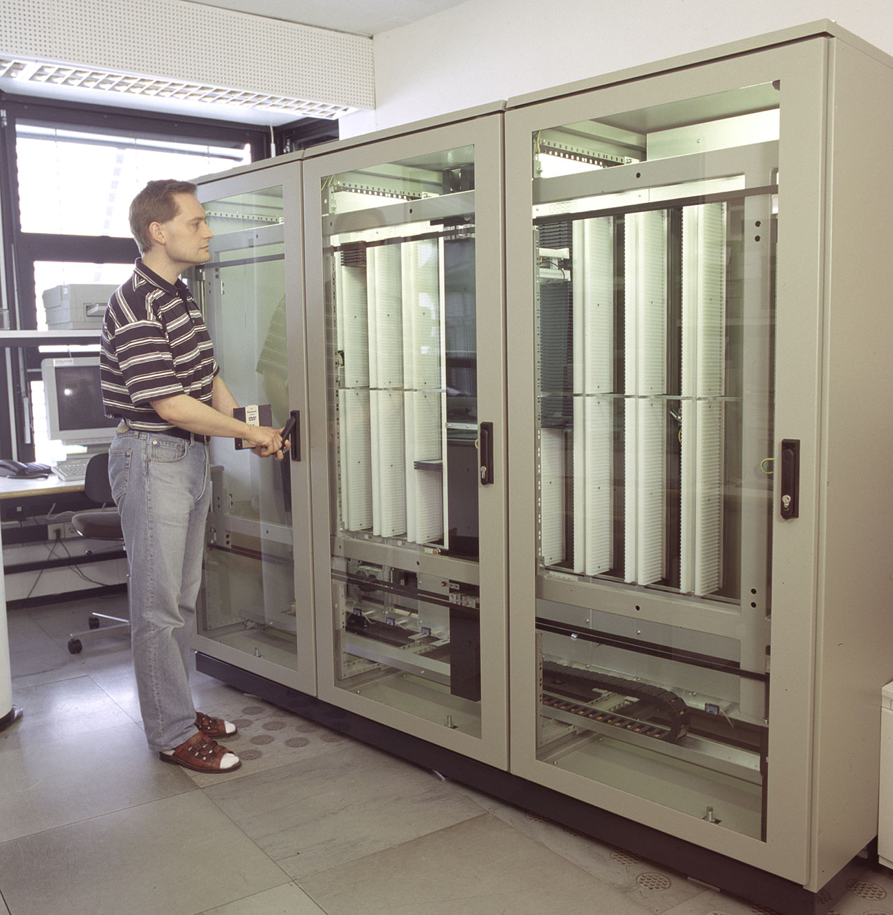 First DVD Storage Robot for the VLT Data Archive
