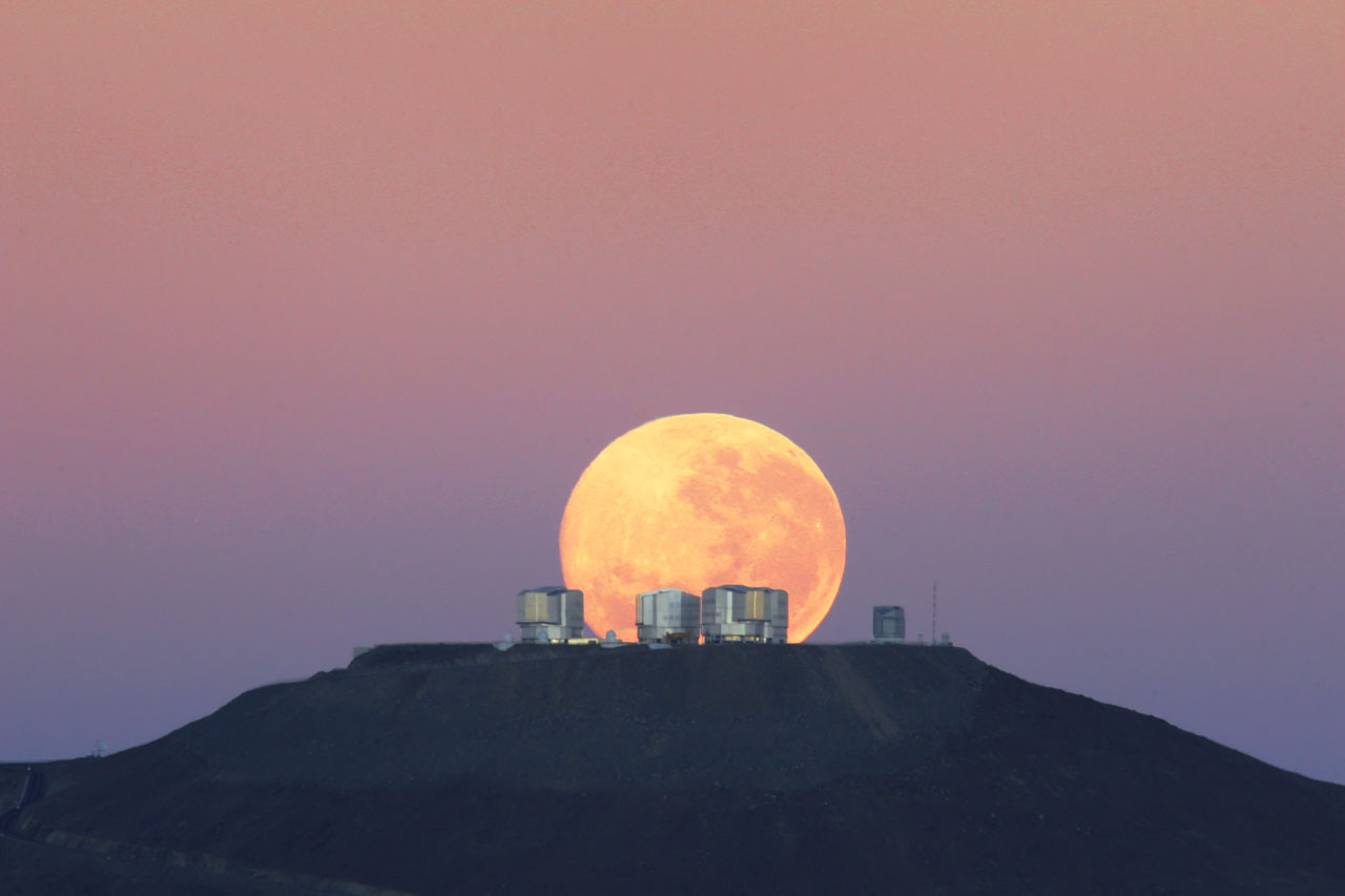 Mounted image 108: Dramatic moonset on Cerro Paranal