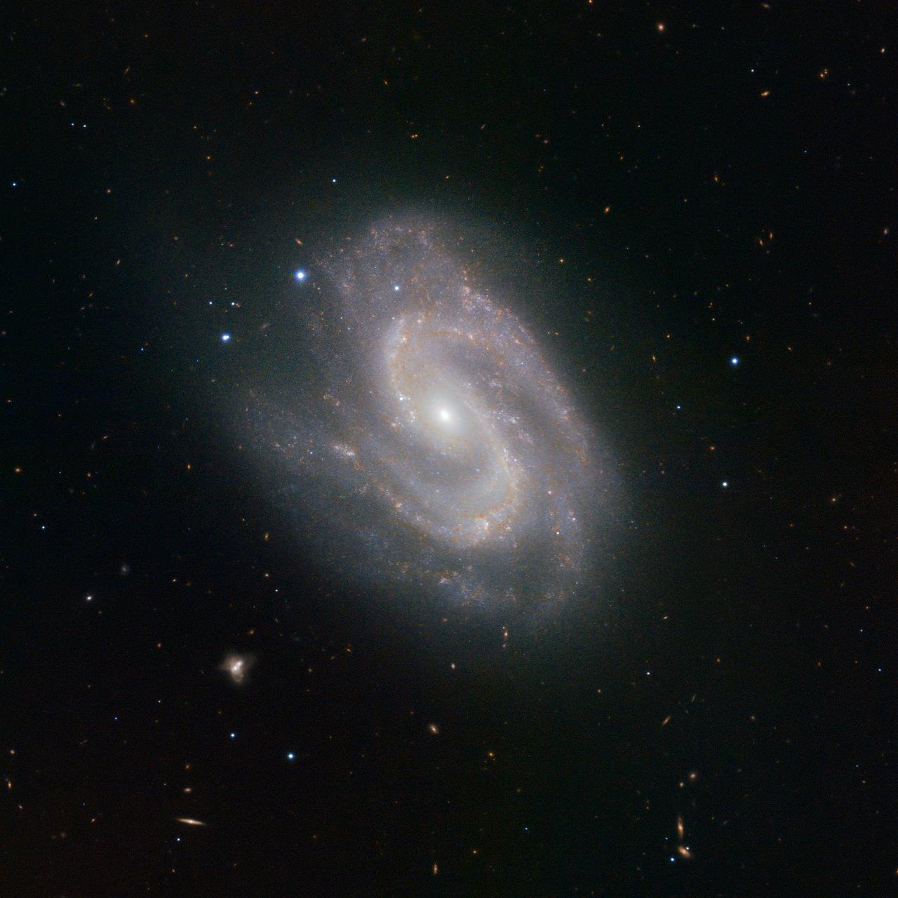 El Instrumento HAWK-I Ve una Súper Galaxia