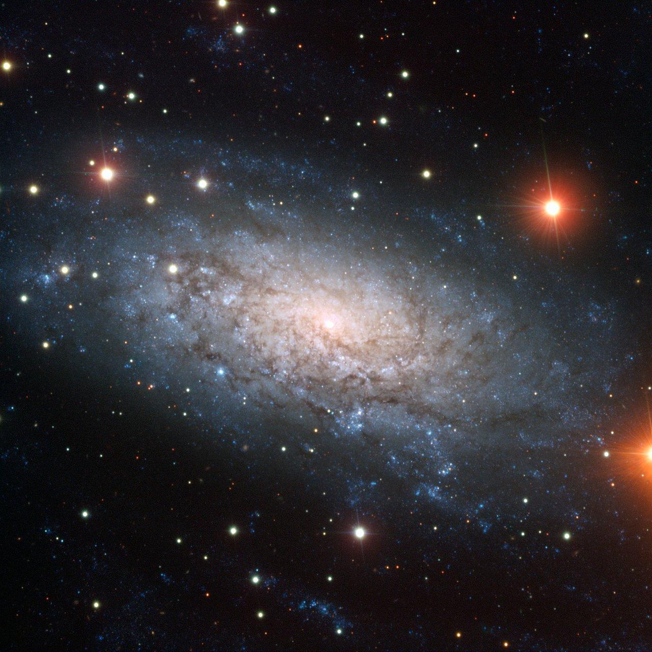 Una Galaxia Llena de Sorpresas – NGC 3621 carece de protuberancias pero tiene tres agujeros negros centrales