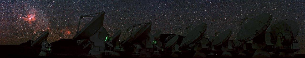 Vista panoramica di ALMA con la nebulosa della Carena