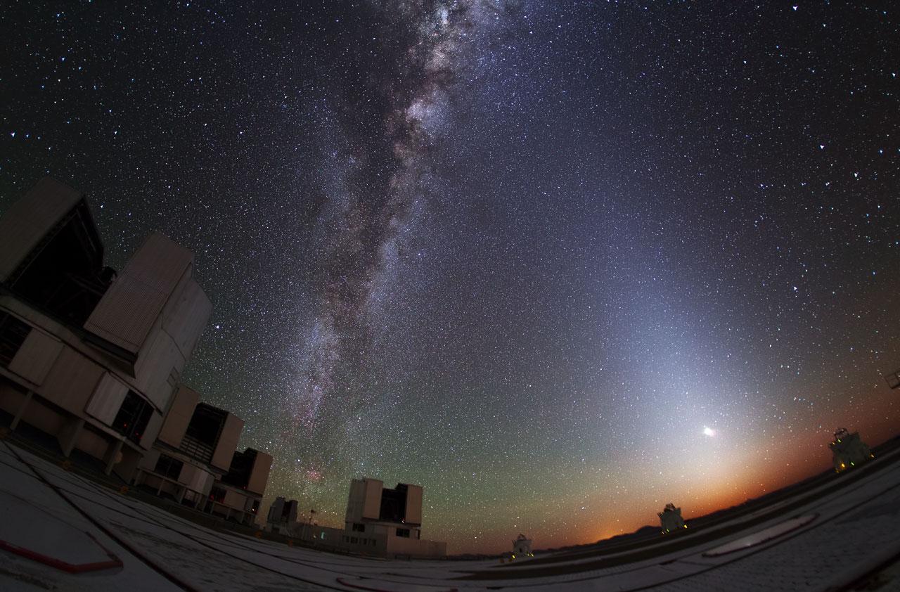 Zodiakallicht erhellt den Himmel über dem Paranal