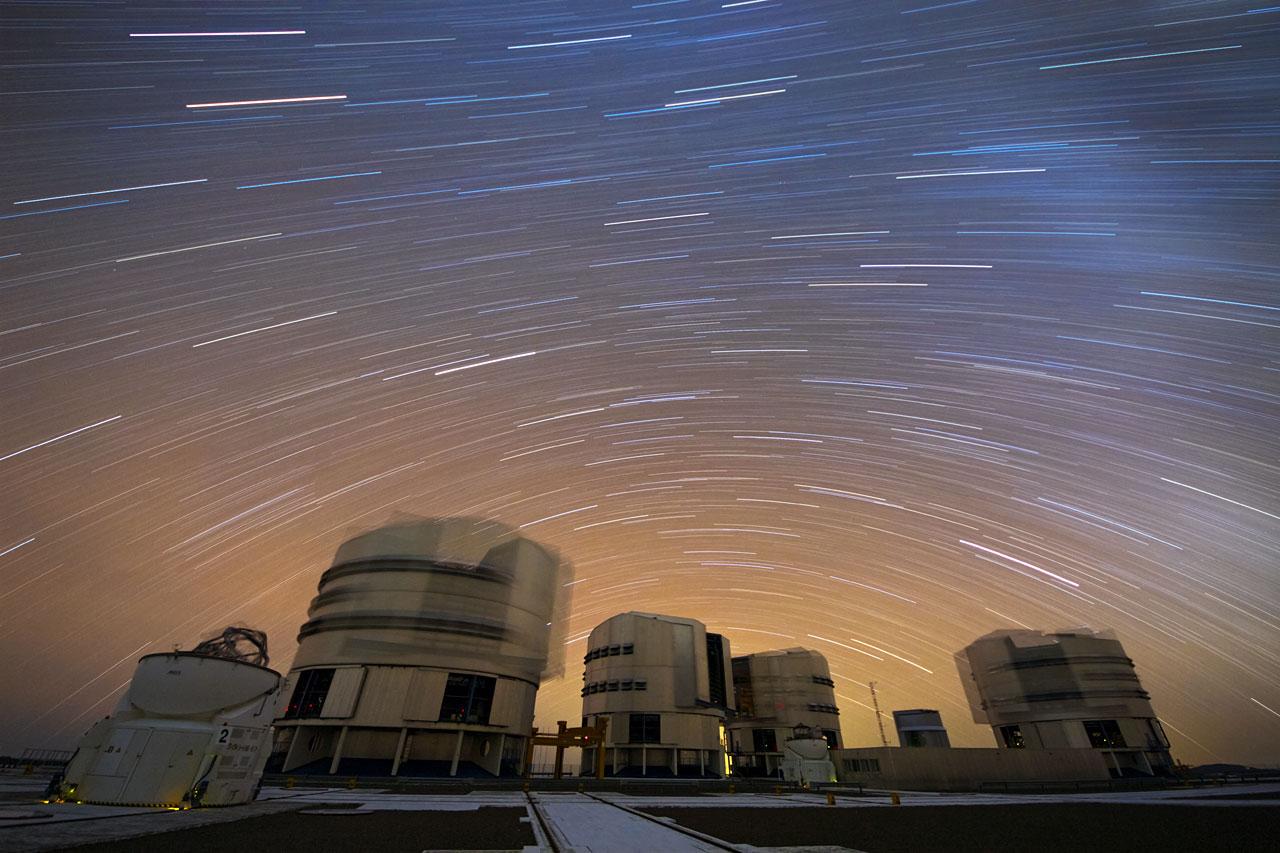Ein Strom von Sternen über dem Paranal