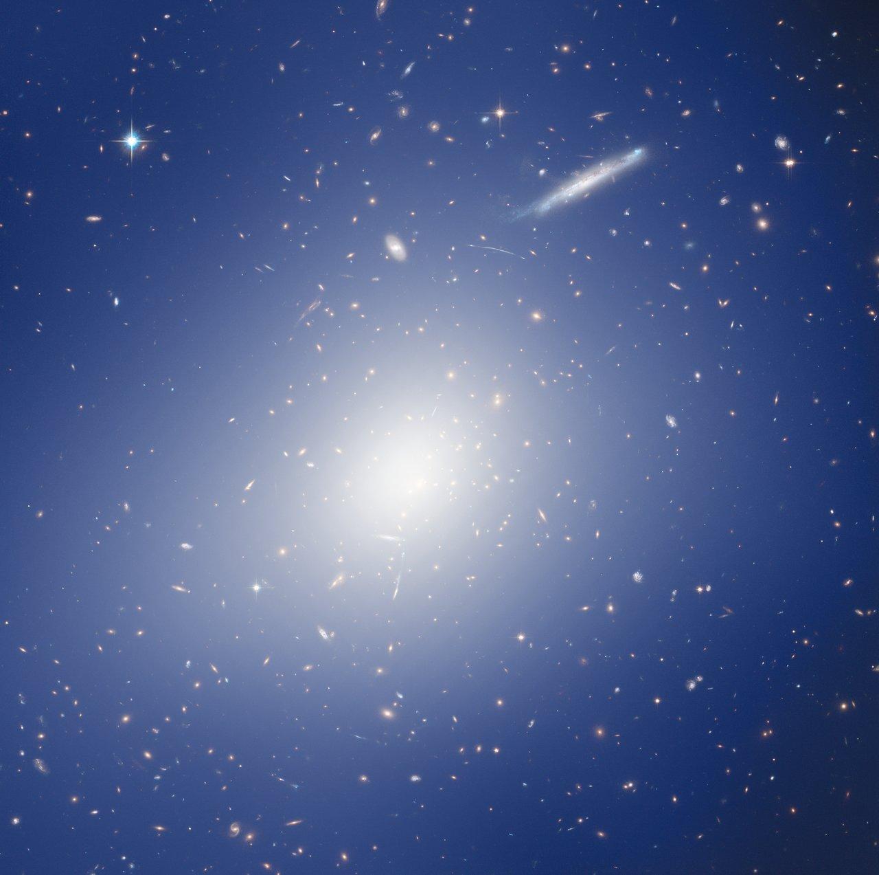 HAWK-I et Hubble explorent un amas avec une masse de deux millions de milliards de soleils.