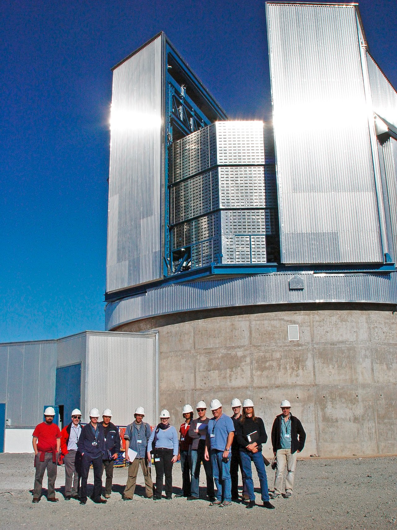 UK press delegation visits Paranal in 2006
