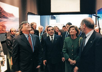 Former Chilean President at an ESO exhibition