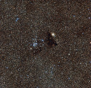El brillante cúmulo estelar NGC 6520 y la nube oscura de extraña forma Barnard 86