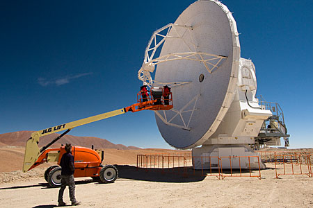 An ALMA antenna on the plateau of Chajnantor