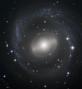 Galaxia Espiral en Barra Gira en el Cielo Nocturno