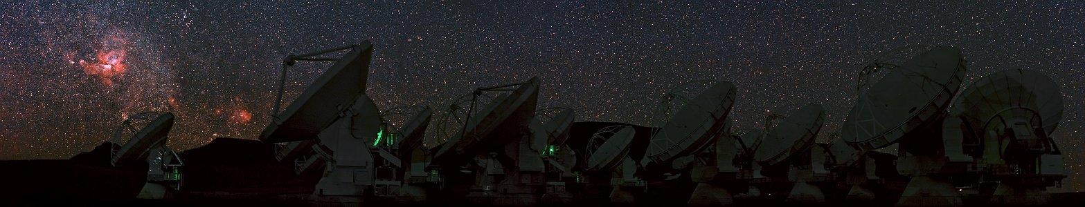 Een panoramisch uitzicht op ALMA en de Carinanevel