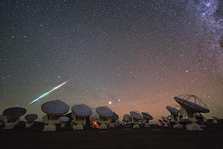 Kosmische vuurbal boven ALMA