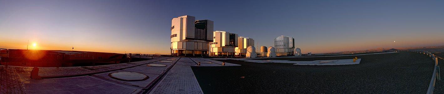 Panoramaaufnahme des Sonnenuntergangs am Paranal