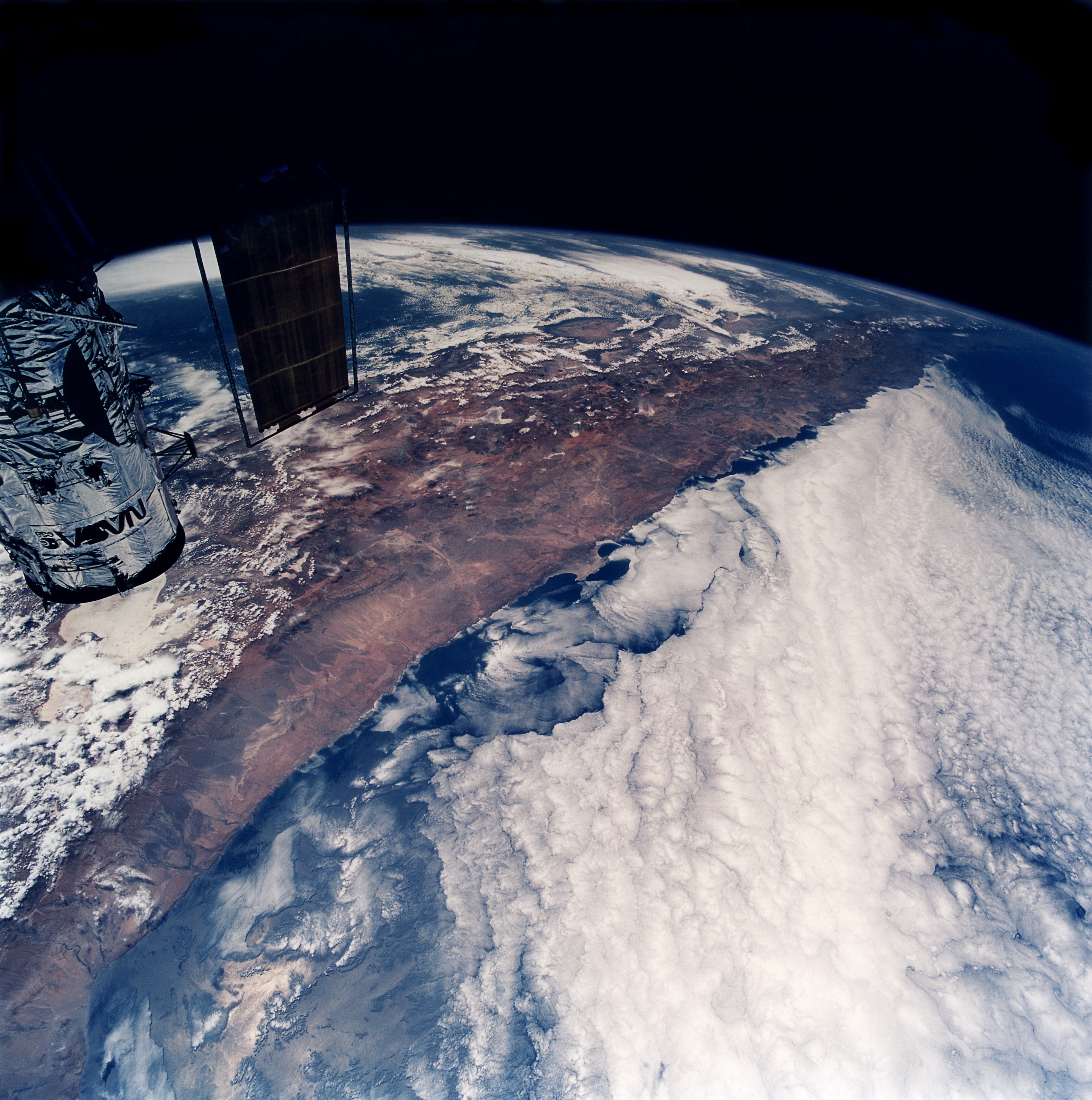 Solar For America >> The Hubble Space Telescope flies over South America | ESO