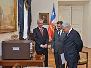 Presidente Piñera recebe o primeiro relógio atómico do ESO
