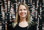 Ulrike Kuchner mit astronomischen Spektren