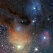 La región de formación estelar Rho Ophiuchi, donde se ha detectado el peróxido de hidrógeno en el espacio (anotada)