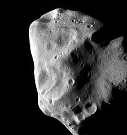 Een opname van de vreemde planetoïde Lutetia vanaf de ruimtesonde Rosetta van ESA