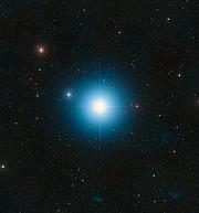 De hemel rond de heldere ster Fomalhaut in het sterrenbeeld Zuidervis