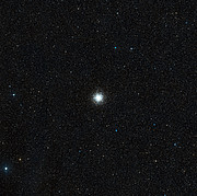 Vista de campo largo do céu em torno do enxame estelar globular Messier 55