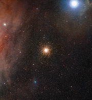 Vista de campo amplo do céu em torno do aglomerado estelar globular Messier 4