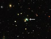 Die Grüne-Bohnen-Galaxie J2240 (beschriftet)